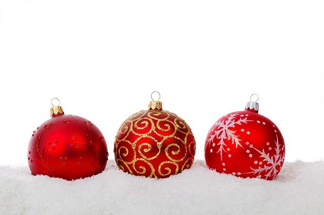 Accrocher les Décorations de Noël