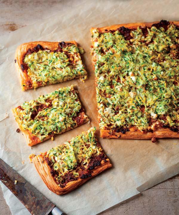 Pizza Feuilletée au Pesto de Tomates Séchées, Courgettes et Féta de Marilou