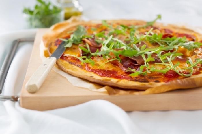 Pizza au Jambon Fumé et à la Roquette