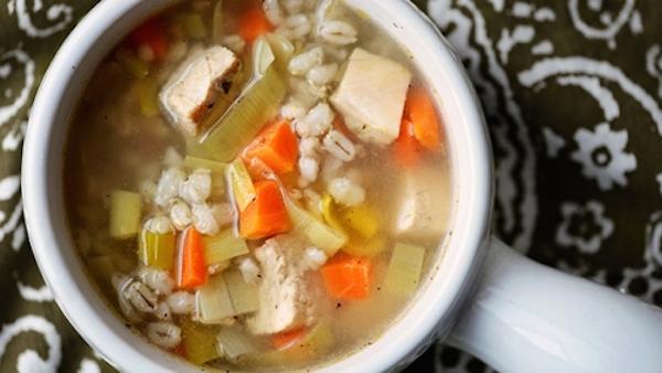 Soupe-repas au poulet et à l'orge, excellente source de fibres
