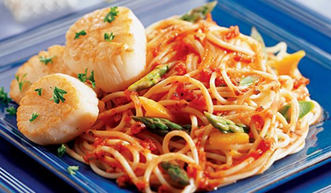 Spaghettinis aux Pétoncles avec Sauce Pesto aux Tomates
