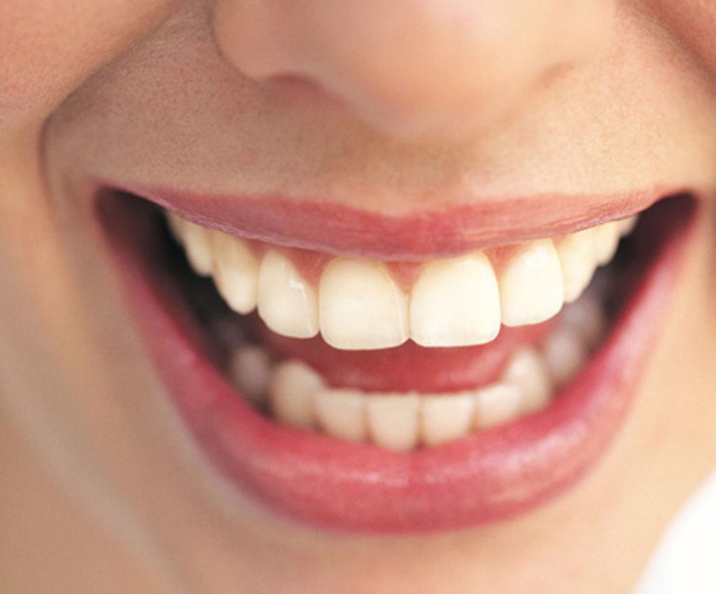 Avec un Ingrédient que Tout le Monde a à la Maison, Vos Dents Brilleront Plus que Jamais!
