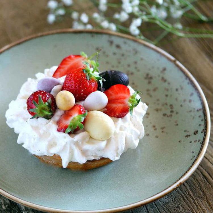 Biscuit de Pâques Chantilly, Fraises et Petits Oeufs