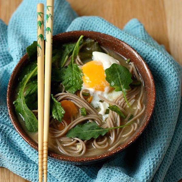 Bouillon Miso aux Nouilles Soba, Pousses de Kale et Oeuf