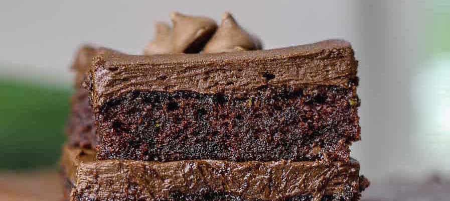 Brownies aux Zucchinis Moelleux, Pépites de Chocolat et Glaçage au Fudge