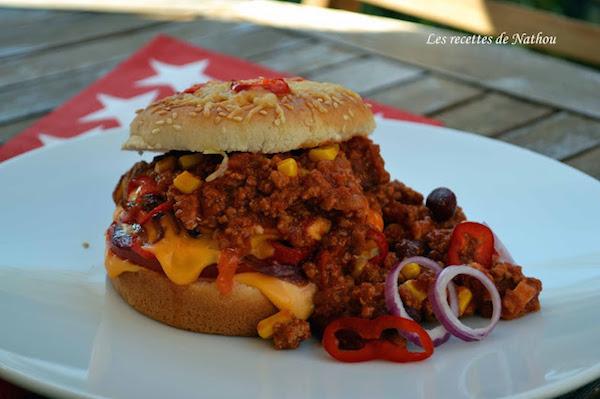 Burger au Chili Con Carne, Tomates, Cheddar, Piment Doux et Oignons Rouges
