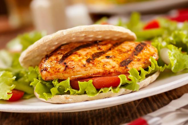 recette burgers au poulet sur le barbecue circulaire en ligne. Black Bedroom Furniture Sets. Home Design Ideas