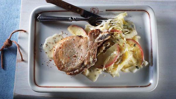 Côtelettes de Porc Braisées aux Pommes, au Chou et aux Poireaux