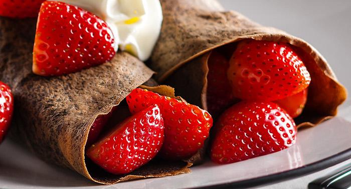 Crêpes au Chocolat Garnies de Fraises et de Crème Fouettée