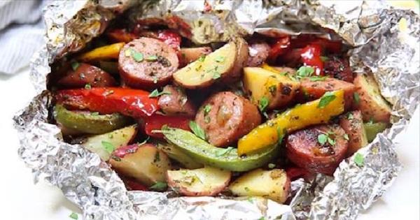 Des Saucisses Avec Des Légumes Sur Le Barbecue