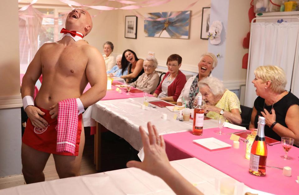 En Angleterre, des Hommes en Tenue d'Adam Servent le Dîner dans une Maison de Retraite