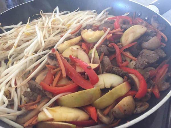 Fèves Germées et Légumes Sautés