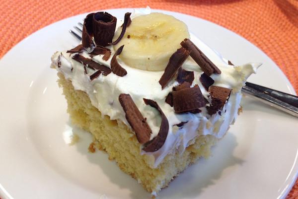 Photo Recette Gâteau à Trous de Pouding Garni de Bananes et de Copeaux de Chocolat