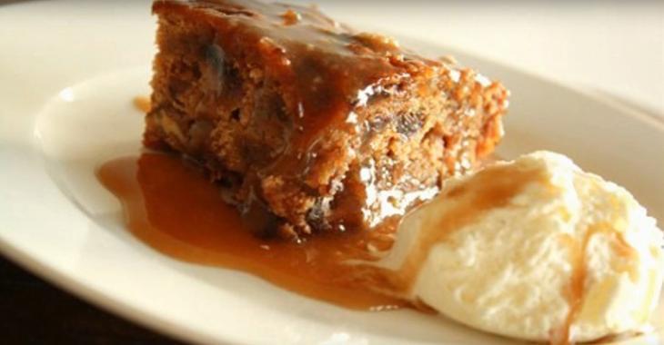 Gâteau aux Dattes Nappé d'une Sauce au Caramel