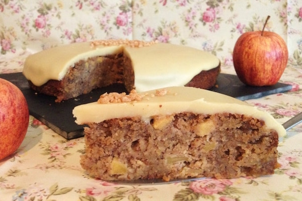 Gâteau aux Pommes, Noisettes, Sirop D'érable et son Manteau au Chocolat Blanc