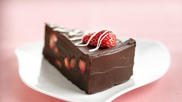 Gâteau aux Truffes aux Fraises pour les Amateurs de Fondant au Chocolat