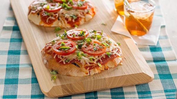 Pizzas Pitas à la Tomate et au Basilic sur le Gril
