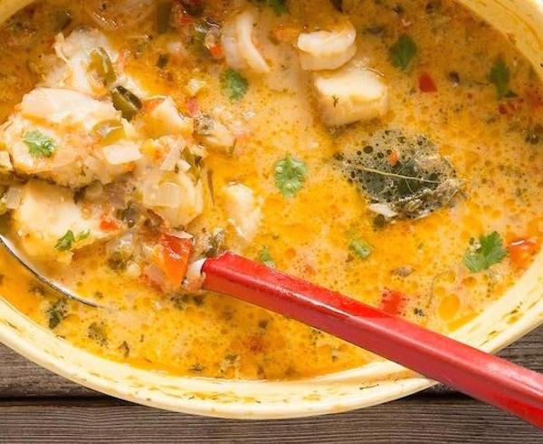 Moqueca (mijoté de fruits de mer de tomates de coriandre et de lait de coco)