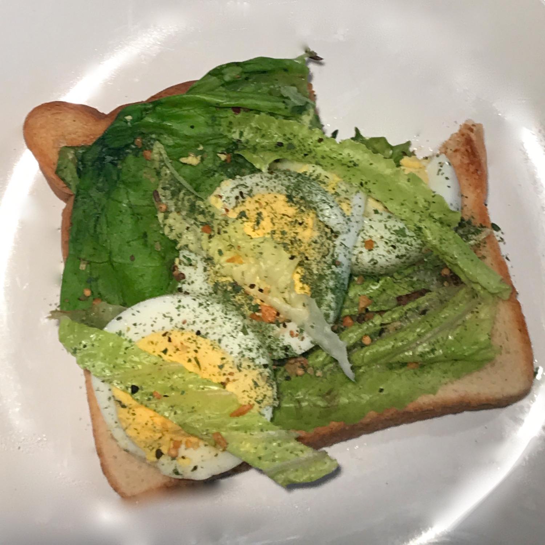 Oeufs Épicés Laitue et Hummus sur Pain Grillé