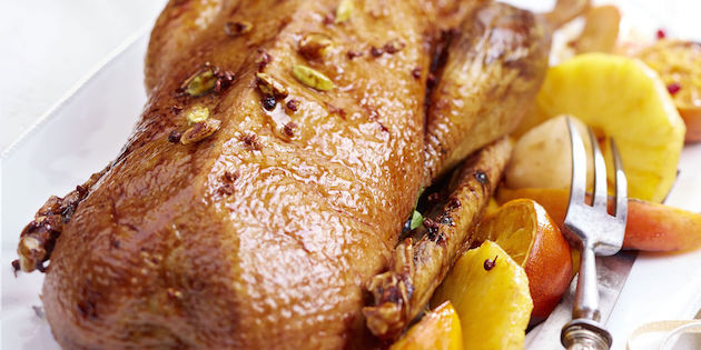 Oie Laquée aux Épices, Clémentines Caramélisées et Fruits Exotiques