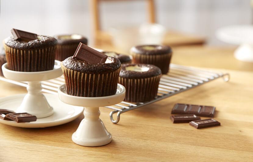 Petits Gâteau Au Chocolat Garnis De Barre De Chocolat