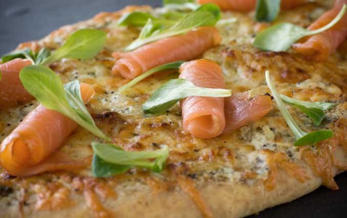 Pizza au Saumon Fumé Crème Fraîche aux Herbes et Ail Confit et Compote d'oignons