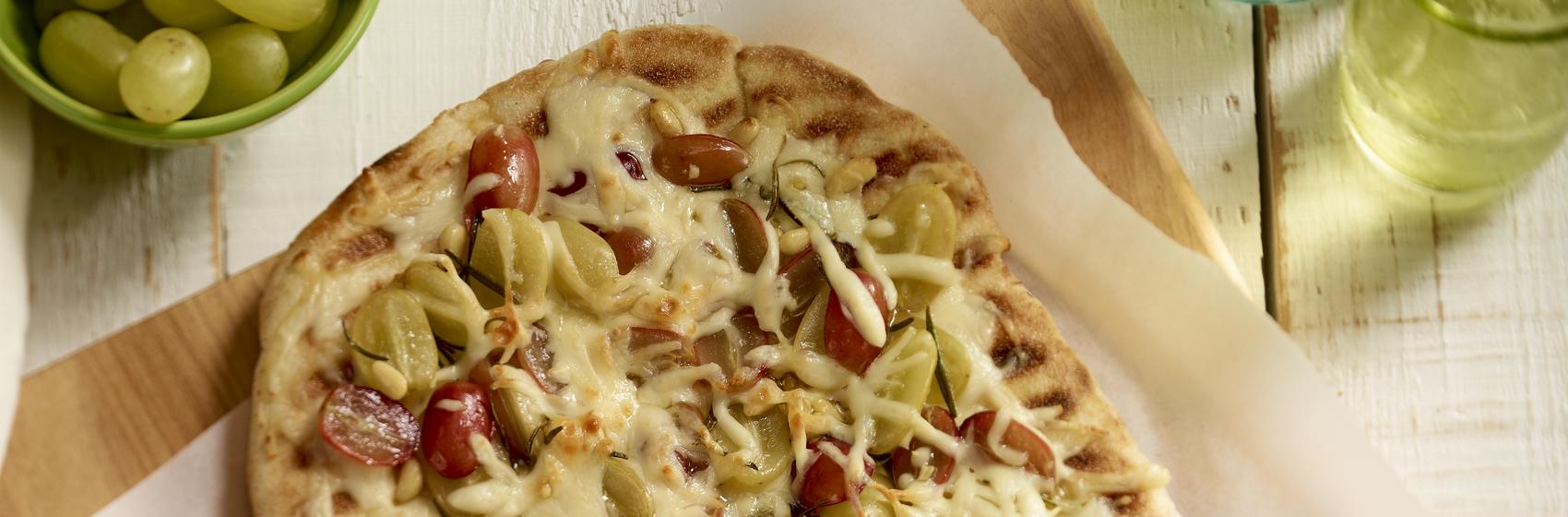Pizza Grillée au Fromage Mozzarellissima aux Raisins et aux Noix de Pin