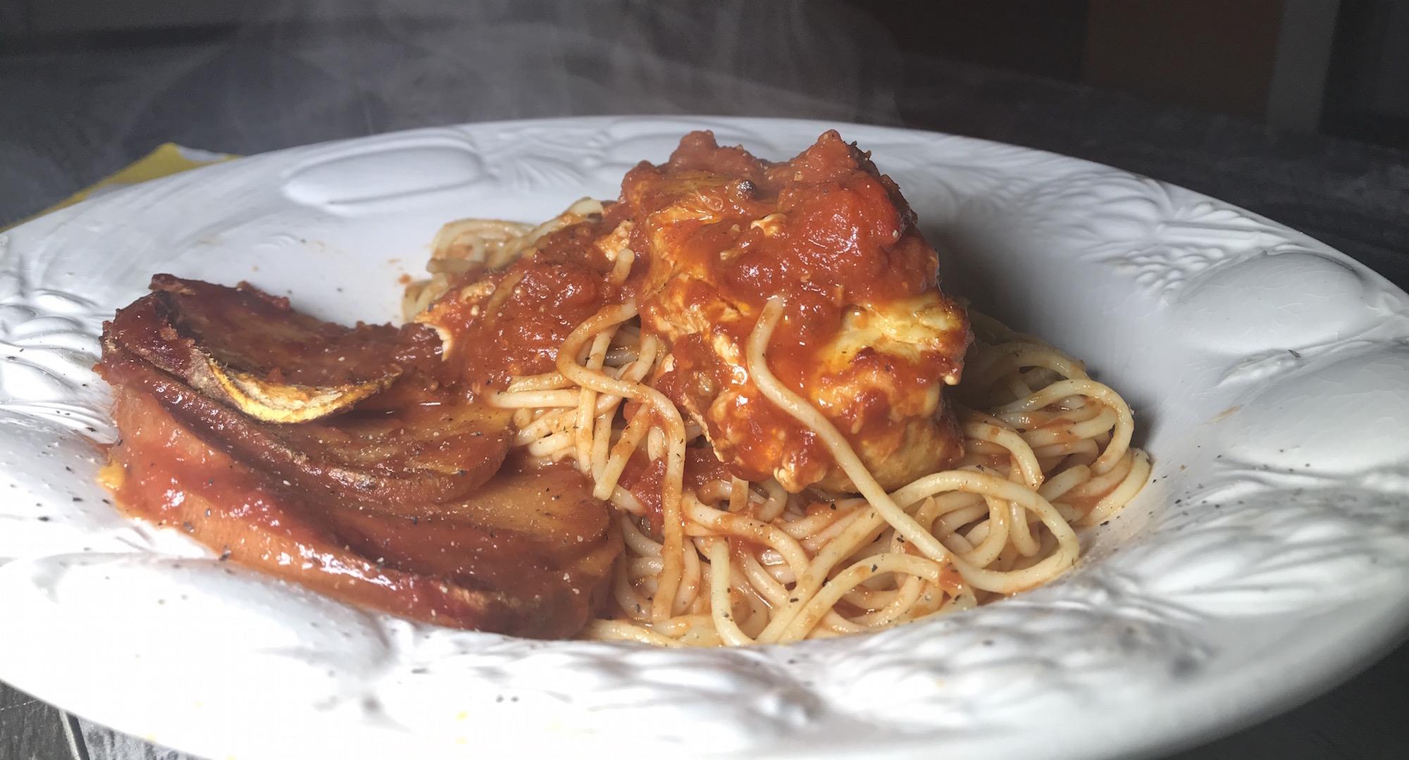 Poulet Farci au Fromage sur Spaghetti Sauce à la Viande
