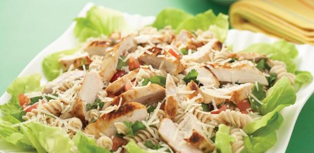 Poulet Grillé avec Salade de Pâtes Chaude aux Cinq Herbes