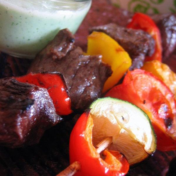 Brochettes de Boeuf et de Légumes Sauce Tzatziki