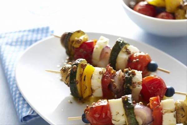 Recette de Brochettes Végétariennes de Fromage Halloumi et Légumes Marinés à la Grecque
