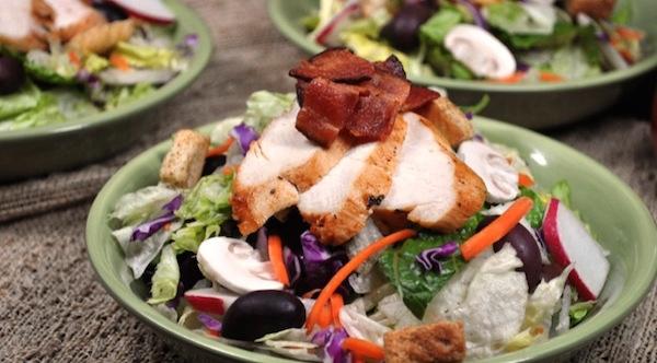 Salade au Poulet avec Vinaigrette Balsamique Bloody Mary