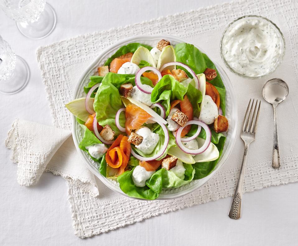 Salade de Laitue Boston et Saumon Fumé, Vinaigrette Fouettée à L'aneth et au Citron