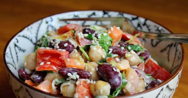 Salade de Légumineuses et Légumes Croquants au Tahini et au Citron