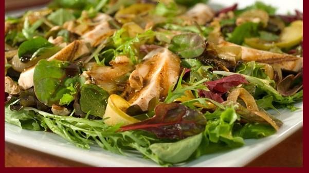 Salade de Pommes Caramélisées avec Poulet Grillé