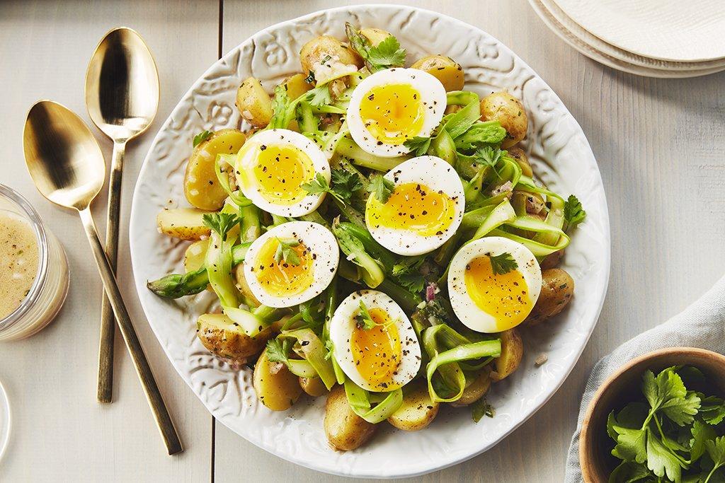Salade de Pommes de Terre et D'asperges Émincées avec Oeufs à la Coque