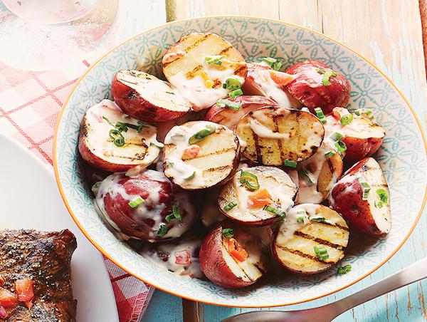 Salade de Pommes de Terre Grillées et Vinaigrette au Yogourt et à L'oignon Vert