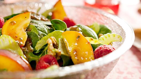 Salade d'épinards aux Pêches et aux Noix Vinaigrette aux Framboises