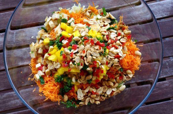 Salade Thaïe au Poulet Grillé, Mangue et Cacahuètes 1