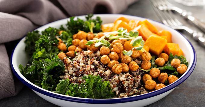 Salade Végétarienne de Quinoa, Patate Douce, Pois Chiches et kale