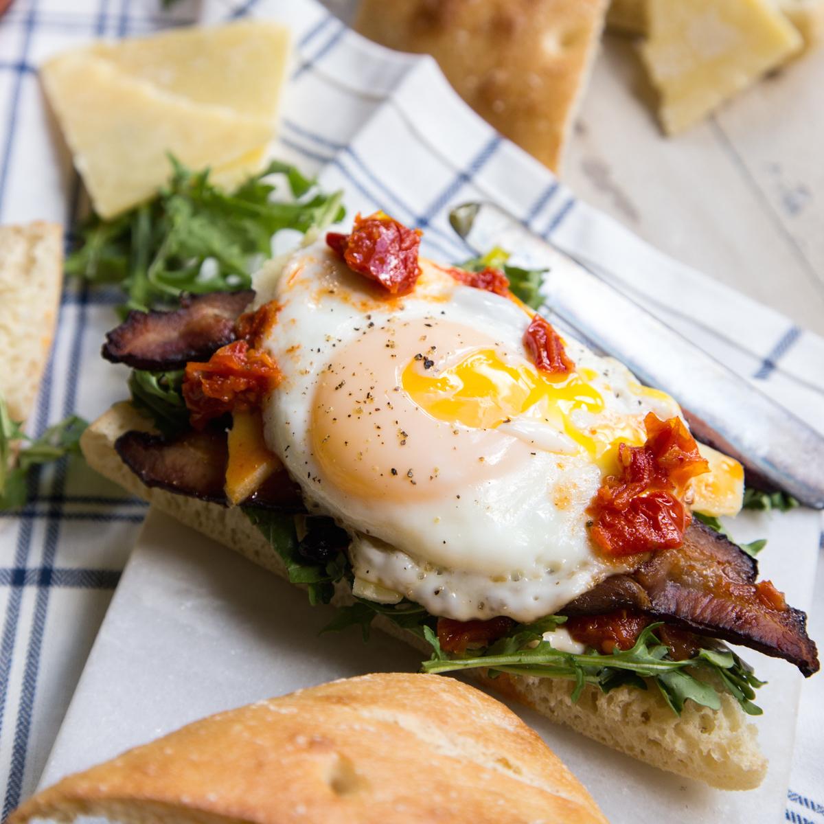 Photo Recette Sandwich Déjeuner Oeuf Bacon et Roquette sur Pain Ciabatta