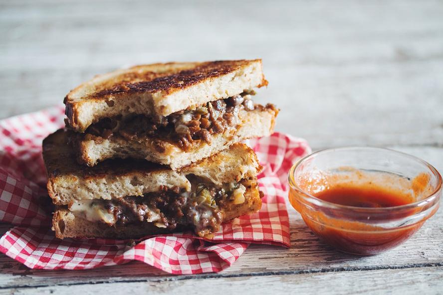 Sandwich Végétarien au Fromage Grillé et au Bœuf avec ketchup Sriracha