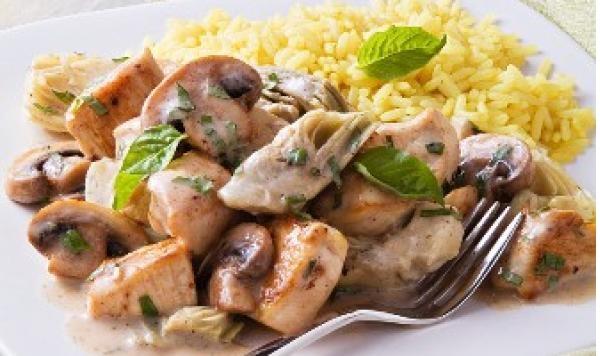 Sauce Veloutée de Champignons et D'artichauts sur du Poulet au Basilic avec Riz Aromatisé au Safran