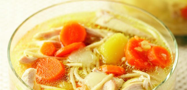 Soupe au Poulet et Nouilles avec Courge Poivrée et Aneth