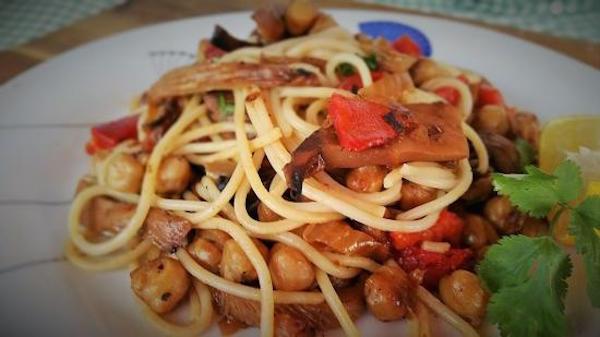 Spaghettis avec des Champignons et des Pois Chiches Caramélisés