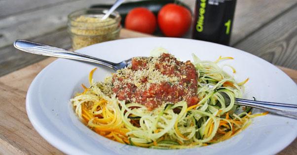 Photo Recette Spaghettis de Courgette, Sauce aux Tomates Fraîches et Crumesan aux Graines de Chanvre