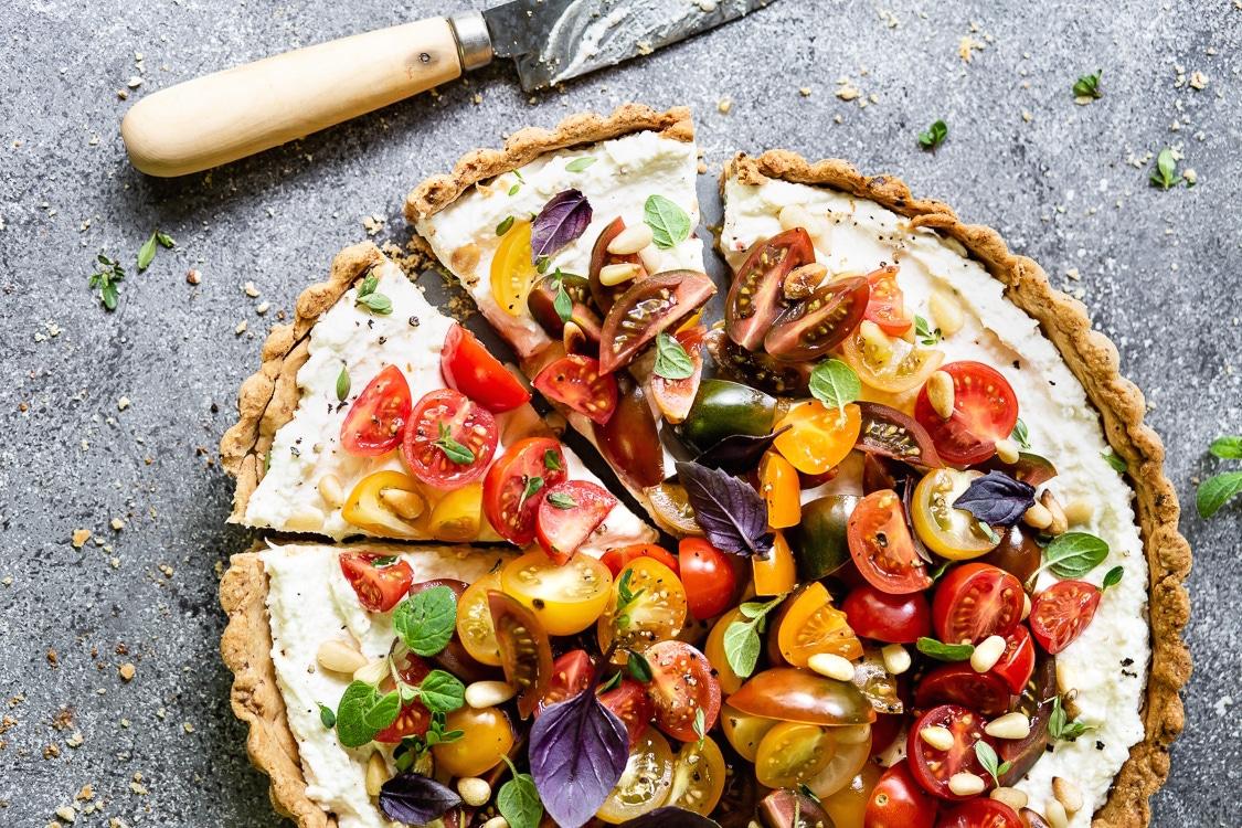 Photo Recette Tarte au Beurre à la Ricotta, au Parmesan et au Fromage à la Crème, garnie de Tomates Juteuses, de Basilic