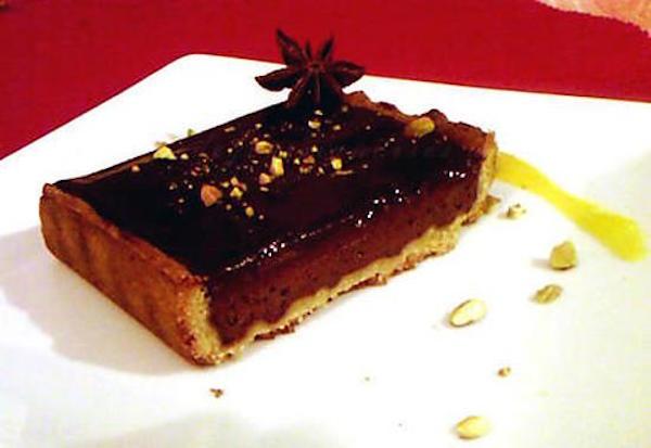 Tarte au Chocolat Épicé et Pistache et son Coulis de Mangue Anisé
