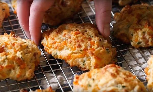 Un Biscuit Salé Jambon Fromage Cheddar et Crème Sure