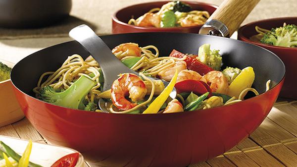 recette wok de crevettes aux nouilles et aux l gumes circulaire en ligne. Black Bedroom Furniture Sets. Home Design Ideas